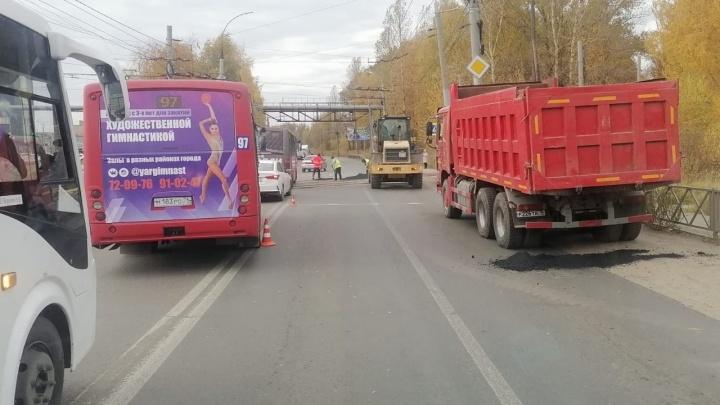Из-за дорожных работ на крупном проспекте Ярославля образовалась пробка