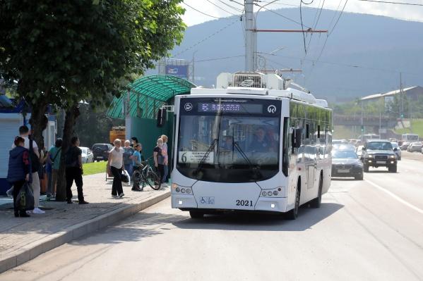 Поначалу троллейбус путали с автобусом, теперь пассажиры привыкли и хвалят новый маршрут