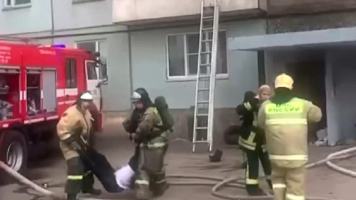 «Весь подъезд был в дыму»: в пожаре на Ладо погиб мужчина, 18человек спасли