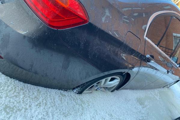 Машина оказалась в ледяном плену по самый бампер