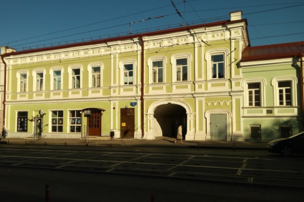 Двухэтажный дом был построен в 1870-е годы. Сейчас в нем располагаются городской департамент культуры и молодежной политики, а также комитет по физкультуре и спорту