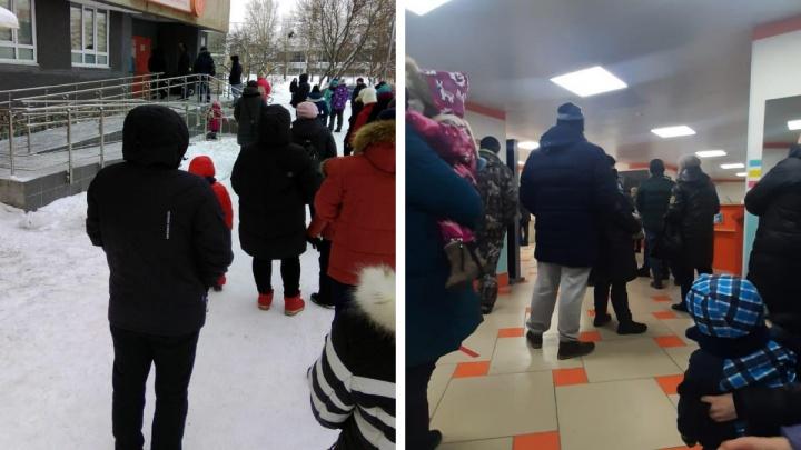 «Большая часть внутри»: в Екатеринбурге перед поликлиниками выстроились огромные очереди за справками
