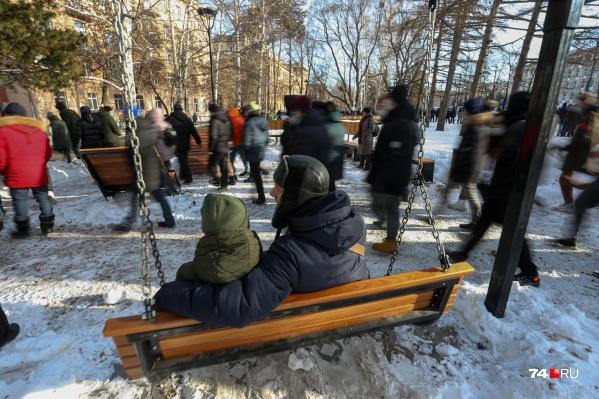 Челябинцы не стали прорывать оцепление у памятника Курчатову, а пошли в соседний парк