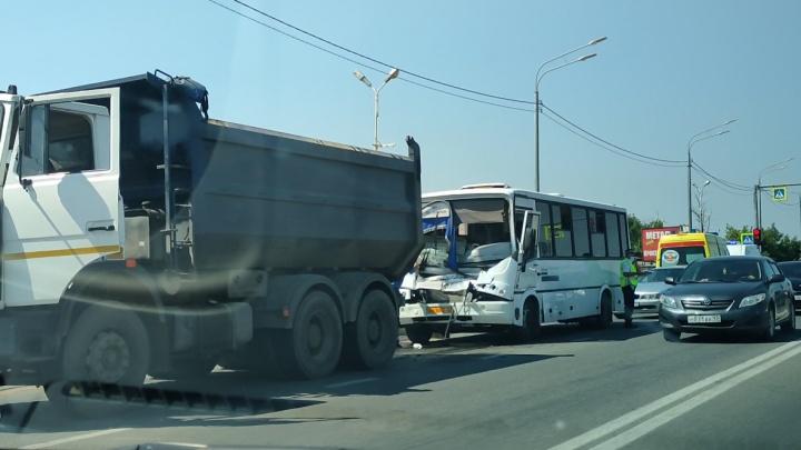 В Краснодаре 8 человек пострадали в ДТП с маршруткой и самосвалом