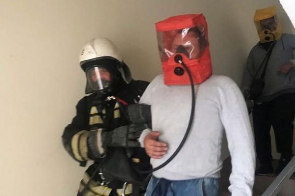 Пожарные вывели из подъезда 20 человек