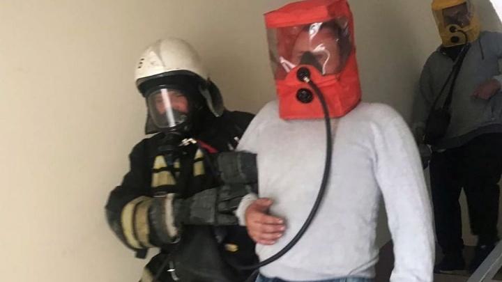 Людей выводили в противогазах: в центре Волгограда из-за пожара в подвале эвакуировали жителей пятиэтажки