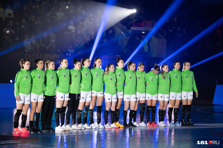 Команды слушают гимн Лиги чемпионов перед началом матча