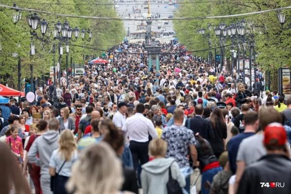 Хотя население, по официальным данным, и сокращается, во время больших праздников на улицах Челябинска меньше людей не становится