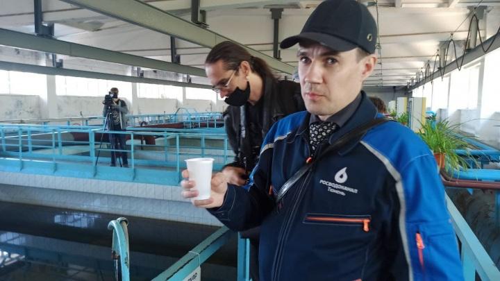 «Сам приезжал, понюхал и выпил». Директор водоканала утверждает, что вода в Тюмени чистая и без запаха