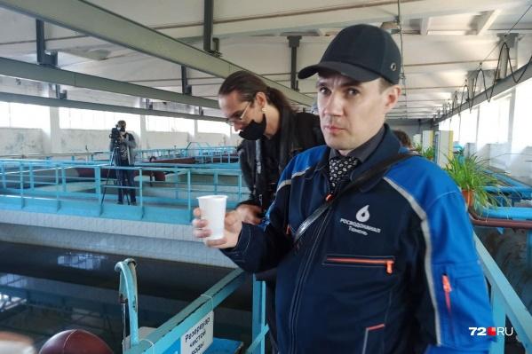 Гендиректор Андрей Максимов выпил проточной воды и предложил стакан коллегам