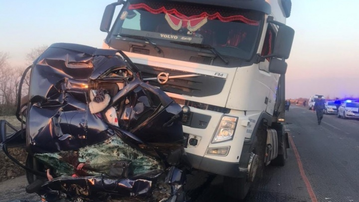 Легковушку раздавило между фурами: жуткое ДТП на трассе в Волгоградской области