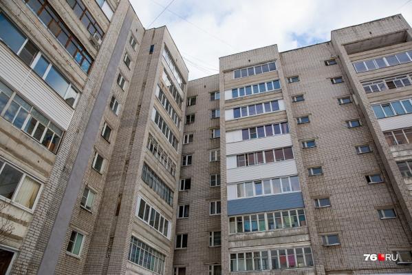 Сожитель вытолкнул женщину с шестого этажа