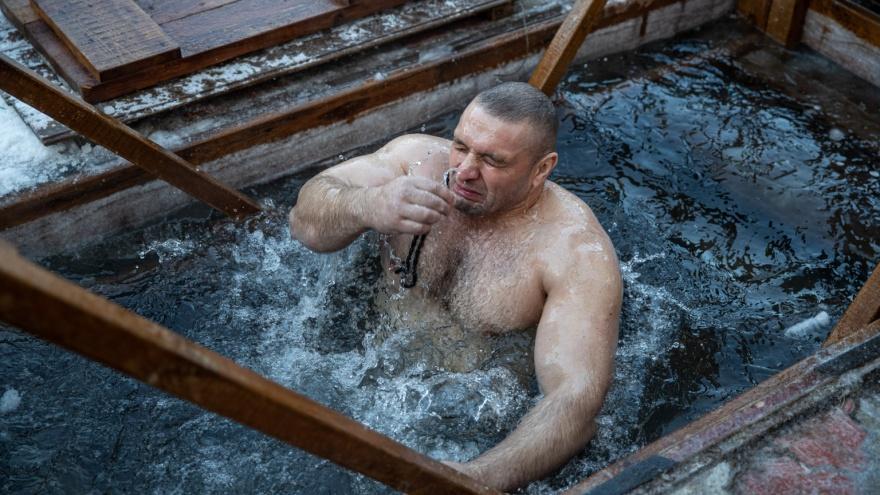 «Здесь я встретил Бога»: какие грехи замаливают и смывают заключенные в Крещение — фоторепортаж из новосибирской колонии