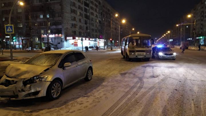 В Архангельске на перекрестке улиц Воскресенской и Тимме столкнулись автобус и «Тойота»
