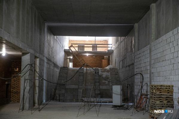 На этом месте, которое пока больше напоминает странную лестницу, уже в мае будут ставить эскалаторы