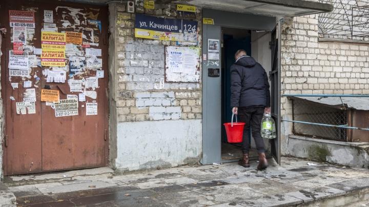 «Могло замкнуть — и был бы взрыв»: в Волгограде многоэтажку третьи сутки топит нечистотами