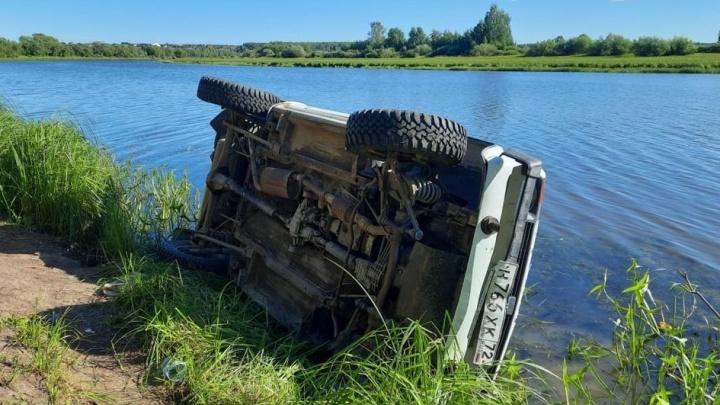В Тюменском районе «Нива» съехала с обрыва в озеро. Водитель погиб
