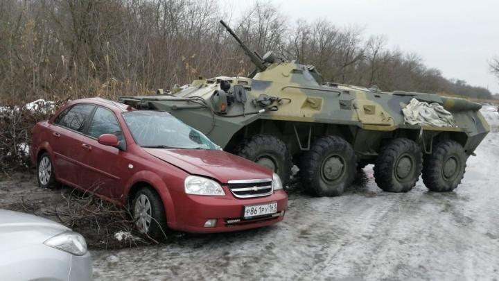 Росгвардейцы на БТР протаранили легковушку вРостовской области