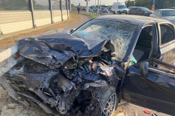 Один автомобиль в результате столкновения перевернулся, второй ударился в столб