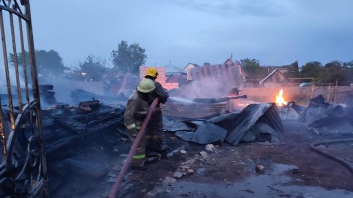 Из-за удара молнии сгорели два жилых дома в Башкирии. Есть видео