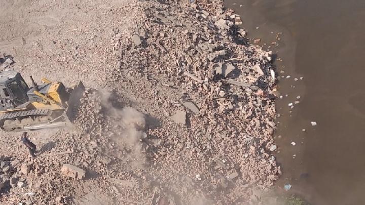 Берег реки в центре Тюмени отсыпают строительным мусором. Почему?