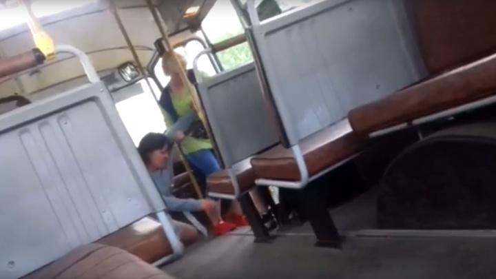 В Цигломени кондуктор головой вниз выволокла из автобуса пассажирку за отказ платить за проезд