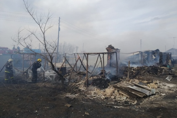 Пожары в селе под Омском тушили 28 спасателей