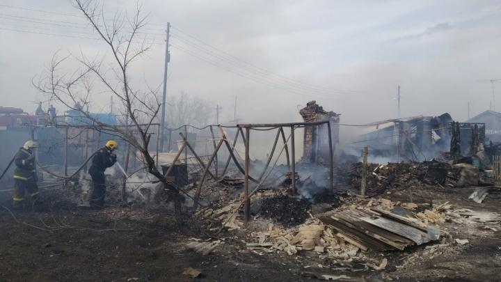 В селе Северо-Любинский семь семей остались без домов из-за огромного пожара