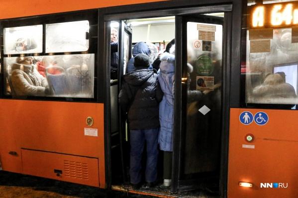 Горожане ждут автобус по 40 минут. После этого они все равно не могут в него зайти