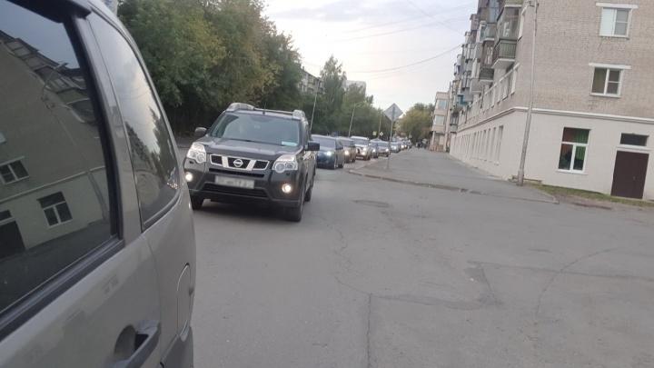 В Кургане из-за перекрытия улицы Пушкина водители стоят в пробках