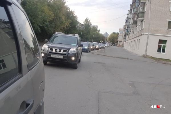 Перекрытие участка дороги по улице Пушкина осложняет дорожную обстановку
