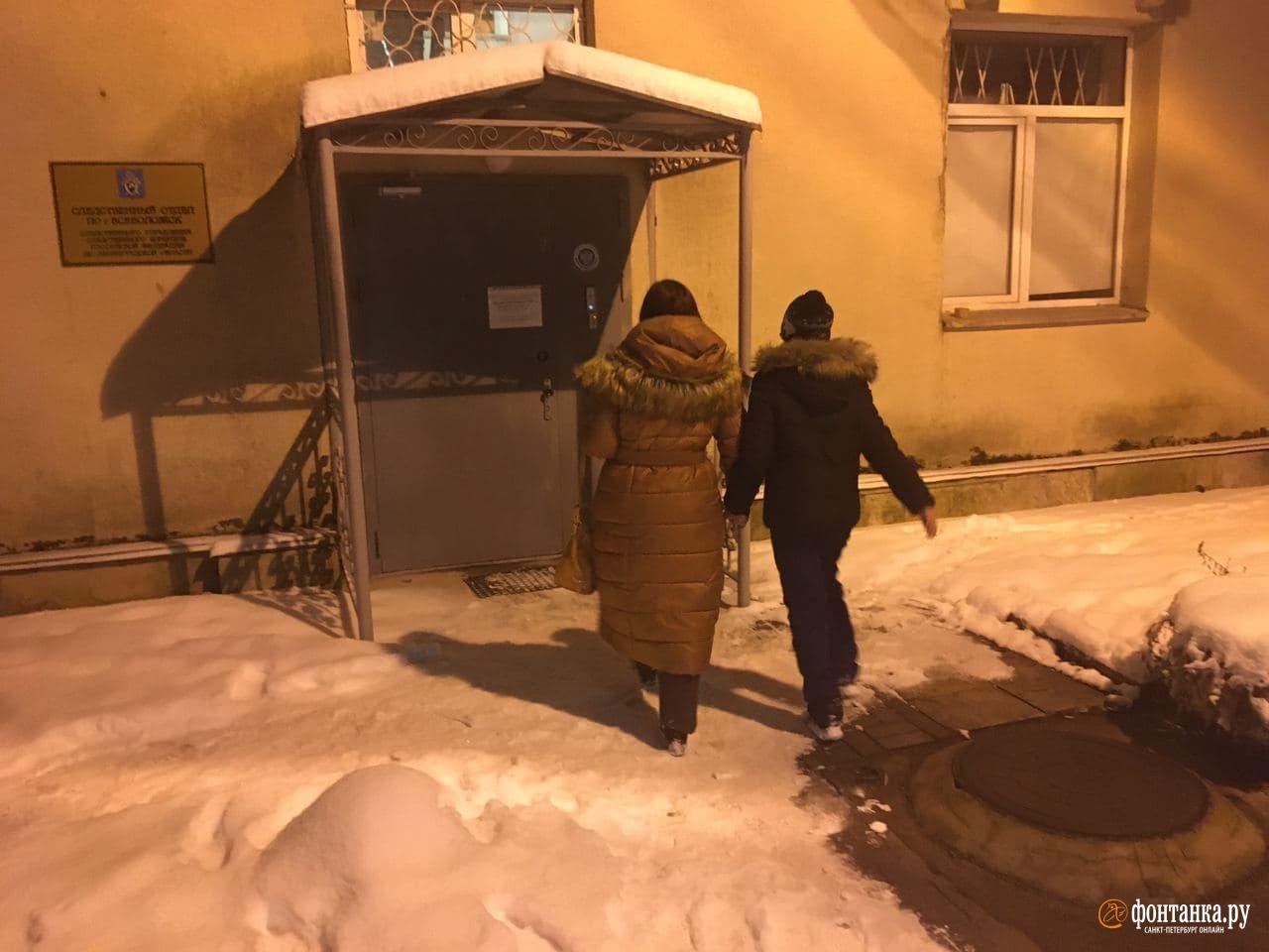 Елена и Варя на входе в СК во Всеволожске