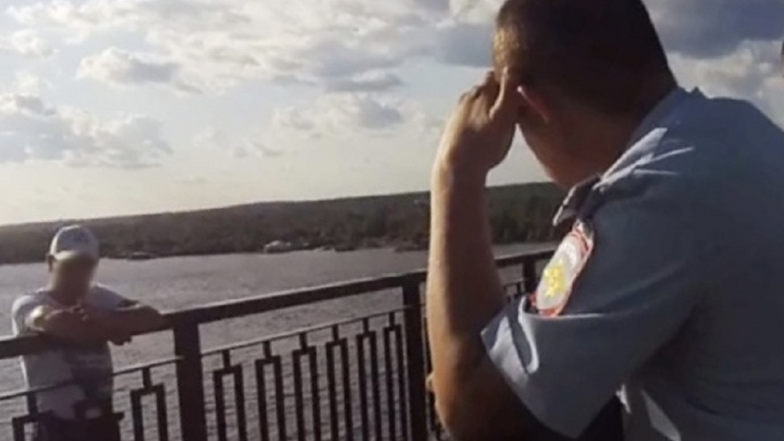 Полицейский спас пермяка, который стоял за ограждением моста