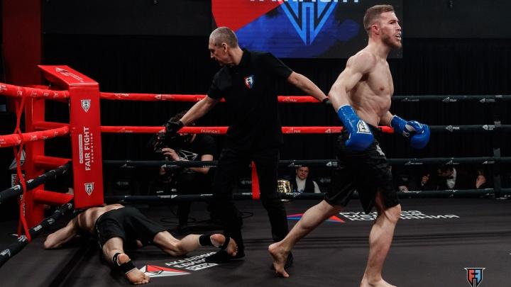 В Екатеринбурге на турнире по кикбоксингу боец пнул соперника, пытавшегося встать после нокаута