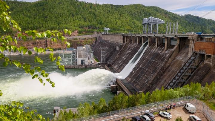 ГЭС начала сброс воды по телу плотины. Публикуем самые эффектные кадры