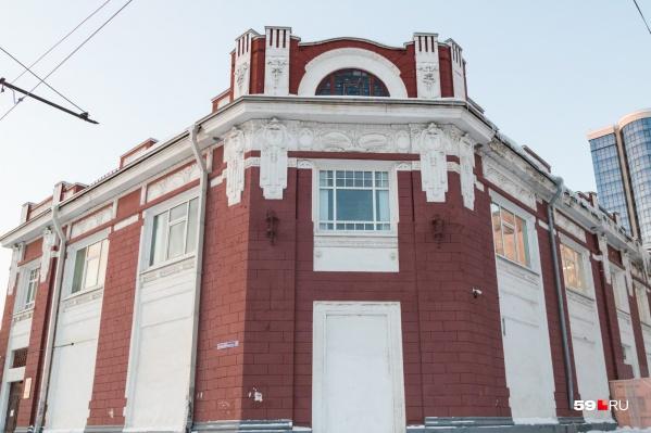 В советские годы здесь размещались театры и Дом культуры, но уже почти тридцать лет это здание занимает центр «Росток»