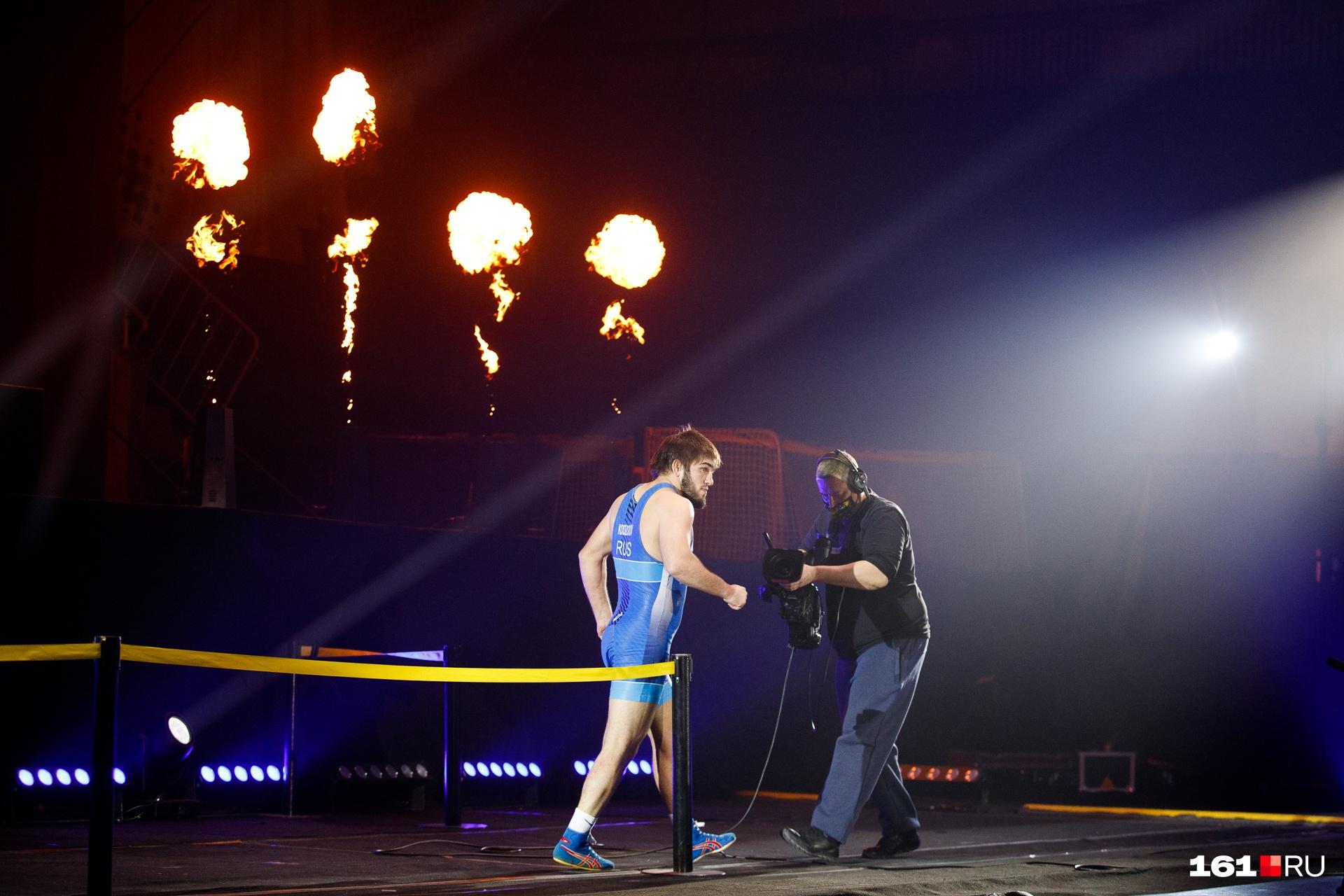 Спортсмены появлялись эффектно — под пламя огня