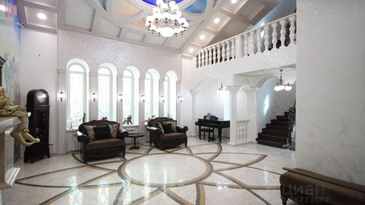 В Ростове выставили на продажу особняк за 150 миллионов. Внутри — лифт, эльфы и лепнина