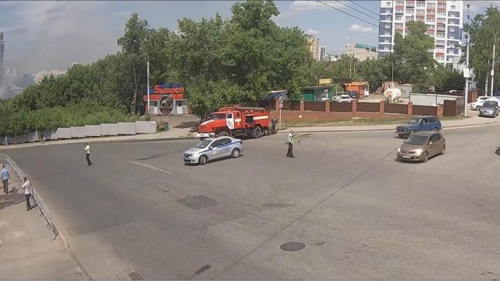В Уфе перекрыли одну из важных улиц города из-за пожара