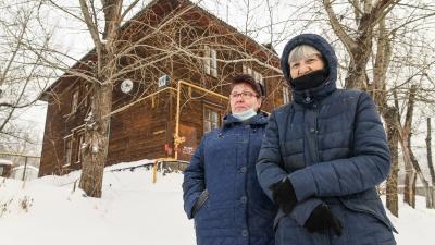 «В любой момент можем взлететь на воздух»: как живут в аварийном бараке на Уктусе, который прозвали домом Собчак