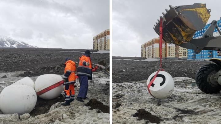 Мэрия Норильска вытащила из грязи арт-объект «НОРИЛЬСК» стоимостью 625 тысяч рублей