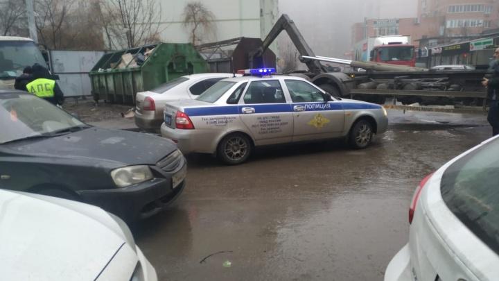 Загородили проезд: кто в Ростове мешает вывозить мусор из дворов