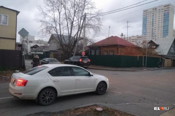 На перекрестке улиц Громова и Волгоградской постоянно происходят аварийные ситуации