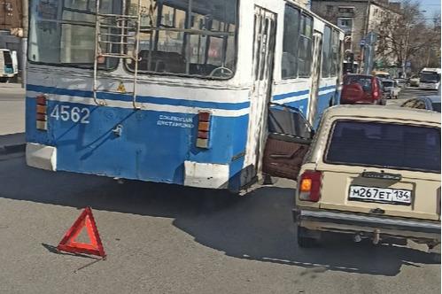 Все встали в одной большой пробке: на севере Волгограда троллейбус ударили легковушкой