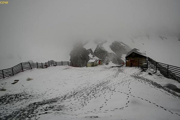 По свежему снегу прошлись люди