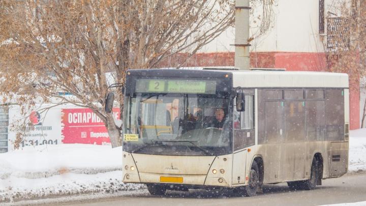 В Волгограде «уставший» автобус выпустил пар посреди дороги