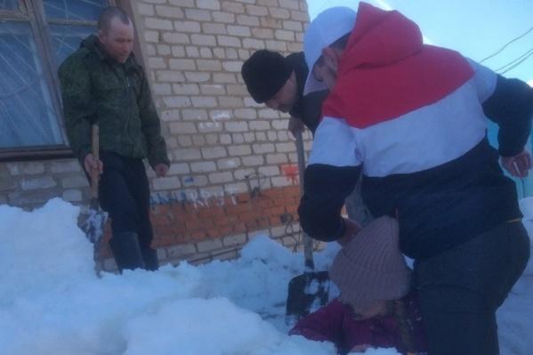 Девочек откапывали из снега очевидцы происшествия