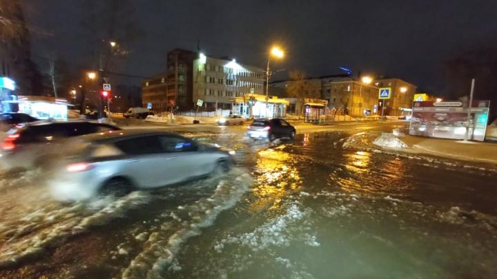 Вода бьет фонтаном, затопило несколько улиц: вечером в Екатеринбурге прорвало водопровод. Видео