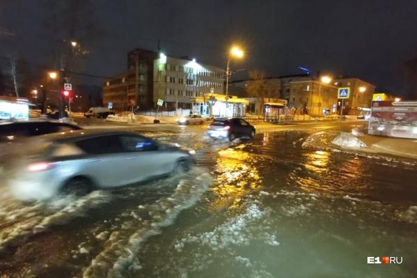 Перекресток улицКороленко — Луначарского превратился в коммунальную реку