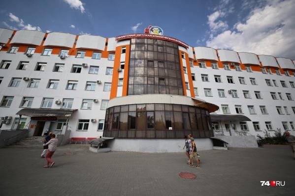 """Девочка сначала проходила лечение в ГКБ <nobr class=""""_"""">№ 9</nobr>, а затем ее перевели в Челябинскую областную детскую клиническую больницу"""